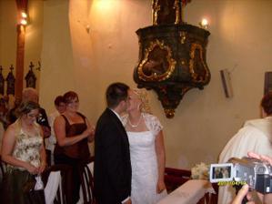 prvá novomanželská pusa:)
