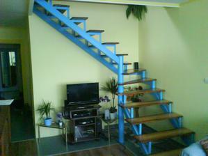 Obývačka so schodištom