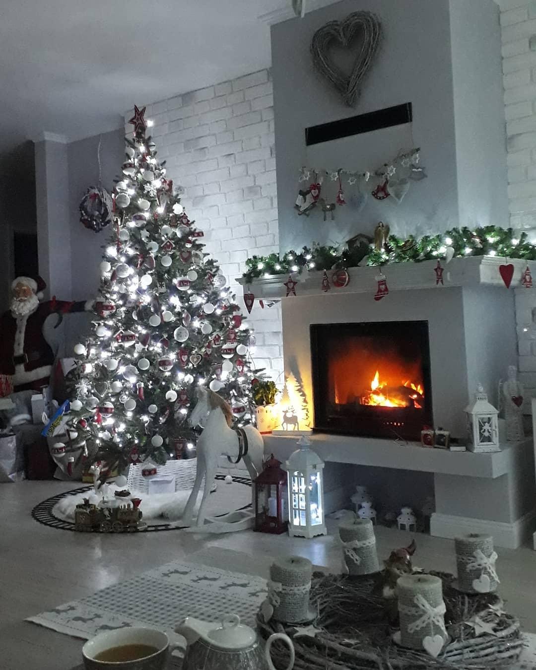 Náš domček bielo-šedý seversko-vidiecky štýl - oheň v krbe teplo🔥 domova🏡
