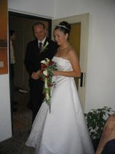 Ženich právě předal kytičku nevěstě