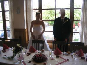 Novomaželé čekají až přijdou všichni svatebčané u krásně vyzdobeného stolu