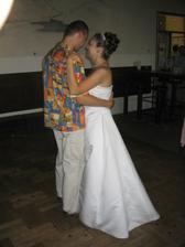 První novomanželský taneček na naší oblíbenou písničku - ženich již převlečený - nevěsta vydržela v šatech až do 2:30