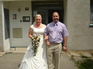 ženich si odvádí nevěstu