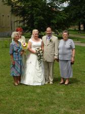 zleva: babička nevěsty, maminka nevěsty, novomanželé, babička ženicha
