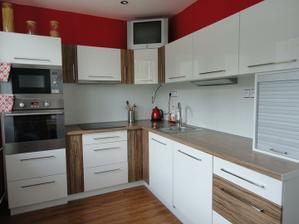 hotová kuchyň (jen v rohu chybí 1 světlo)