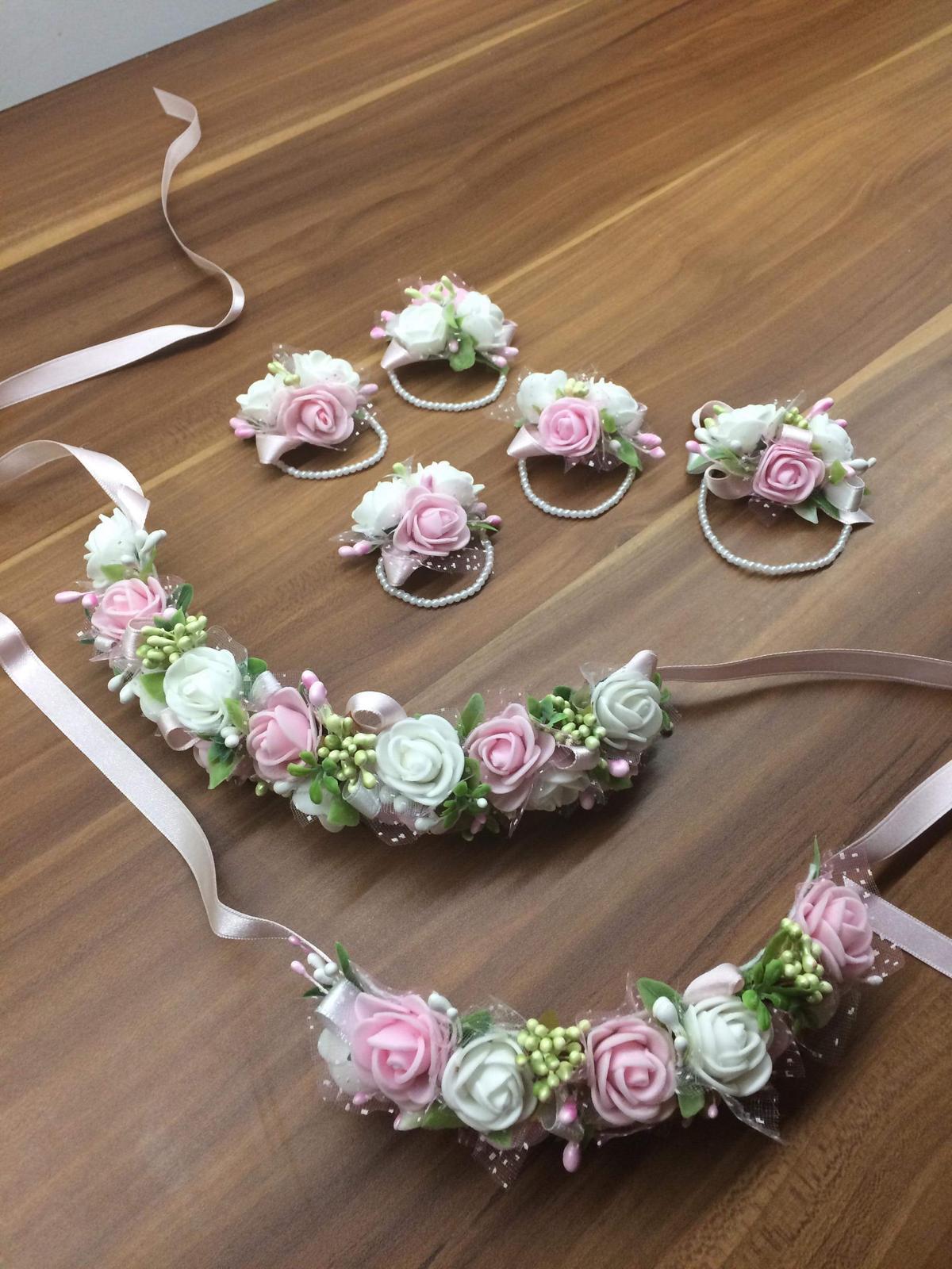 Naše prípravy na svadbu - Naramky pre druzicky a čelenky do vlasov