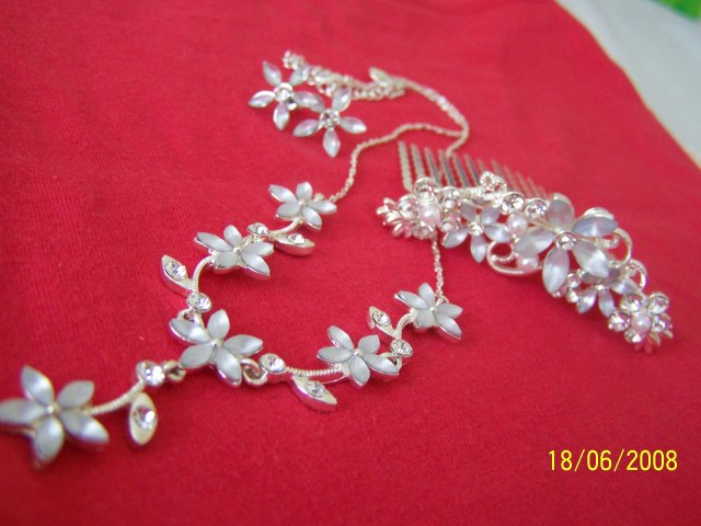 Naše prípravy :-) - bižutéria k svadobným šatám, ak by niekto vedel kde zohnať poraďte :-)