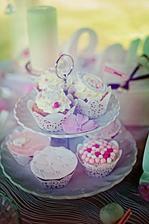 krajkové košíčky na cupcake jsou moje dílo :o) jednoduché z dortové krajky :o)