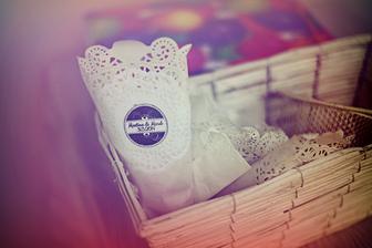 kornoutky z dortové krajky, naše razítko, jednoduché, vkusné a levné :o)