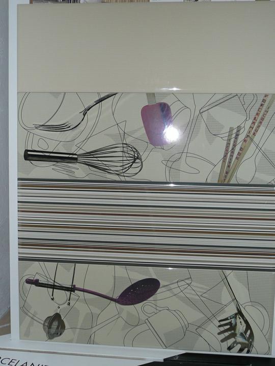 Kuchyno-obyvacka az kdesi do prirucnej pracovne - tento obklad len v bielom a 2 naberackove dekory pod spodnym rohom okna, pasy ziadne