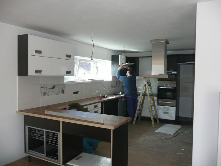 Kuchyno-obyvacka az kdesi do prirucnej pracovne - spotrebice sa usadzaju