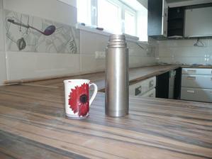 a moja prva kava v kuchyni za pochodu pri upratovani :))
