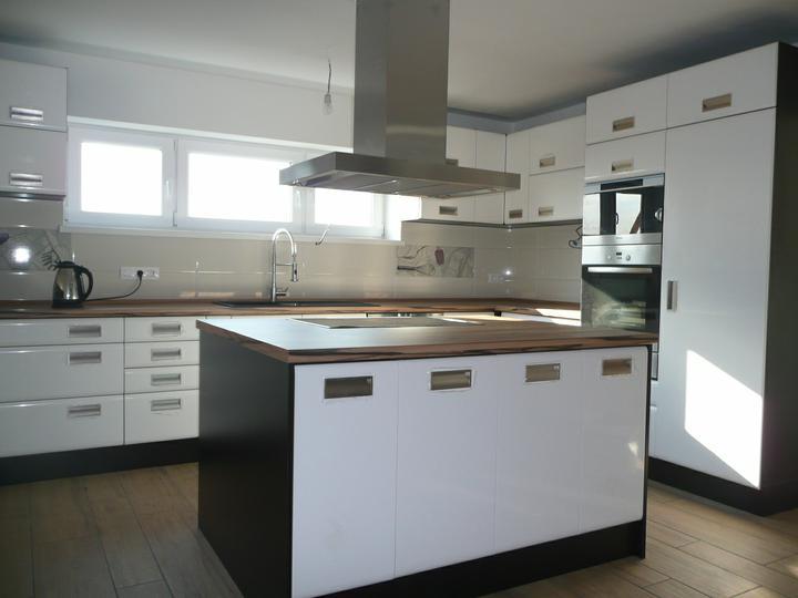 Kuchyno-obyvacka az kdesi do prirucnej pracovne - okrem zaluzii a svietidiel ... takmer hotovo :)