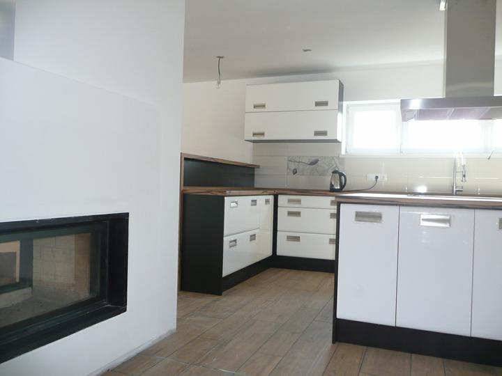 Kuchyno-obyvacka az kdesi do prirucnej pracovne - krb doladime farebne este ku obyvacke v drihej strane miestnosti