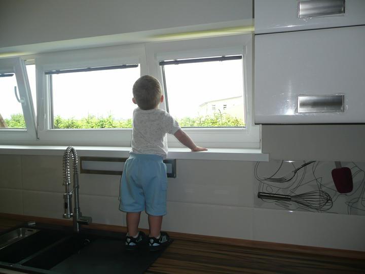 Kuchyno-obyvacka az kdesi do prirucnej pracovne - paci sa mu vyhlad ... a ta voda samozrejme