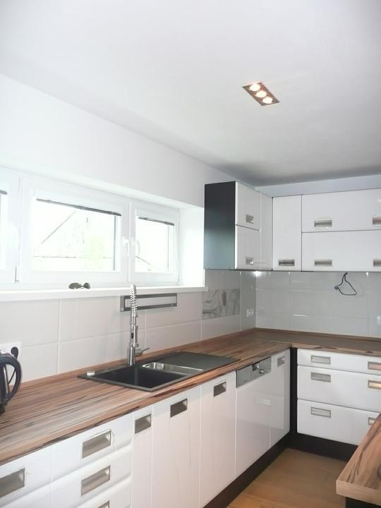 Kuchyno-obyvacka az kdesi do prirucnej pracovne - vpravo este pride jedno prac.svetlo s hacikmi