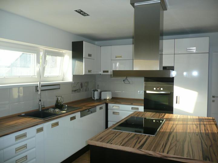 Kuchyno-obyvacka az kdesi do prirucnej pracovne - s poobednym slnieckom