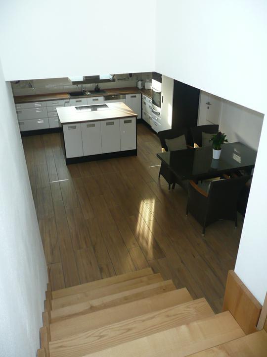 Kuchyno-obyvacka az kdesi do prirucnej pracovne - pohlad zo schodiska