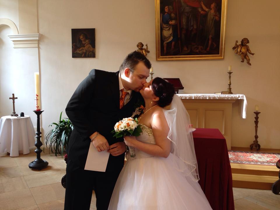 """Andrea Hudečková{{_AND_}}Vít Vanžura - 2.novomanželská pusa. ta byla pro ty fotografy co to nestihli :D nucená :D """"Ještě vydržte"""" :D"""