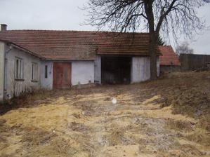 domeček ze zadu-vjezd do stodoly- garáže
