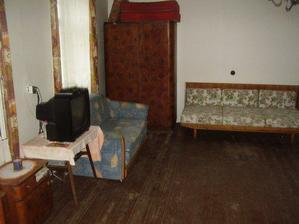 obýváček (+ ještě jeden pokojík je obyvatelný, ale majitel tam stále bydlí, tak jsme mu tam nechtěli moc šmejdit)...dále má domeček další 3 pokoje k rekonstrukci, velkou spíž, dřevník, obr. chodbu a  stodolu používanou jako garáž... a cca 200m2 nevyu