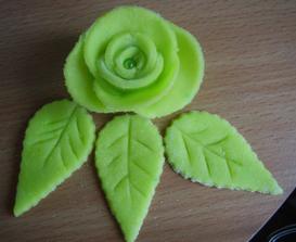 ružičky na hlavní svatební dort  - falešný marcipán