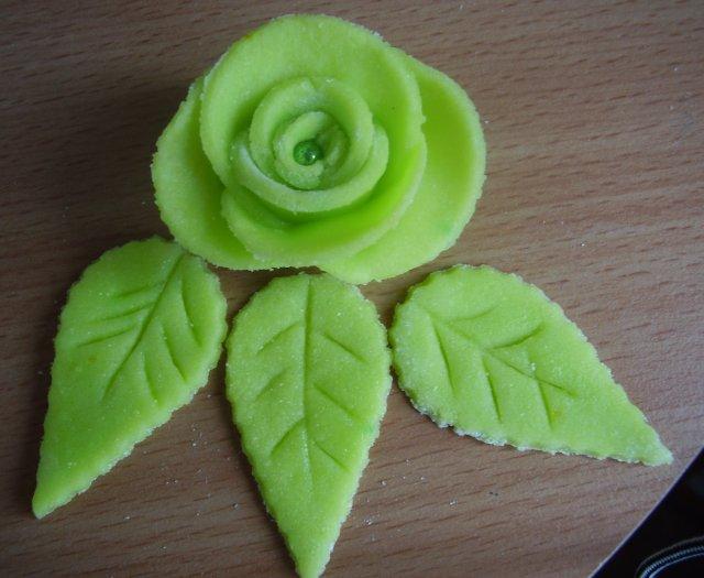 Zelená svatba - ružičky na hlavní svatební dort  - falešný marcipán