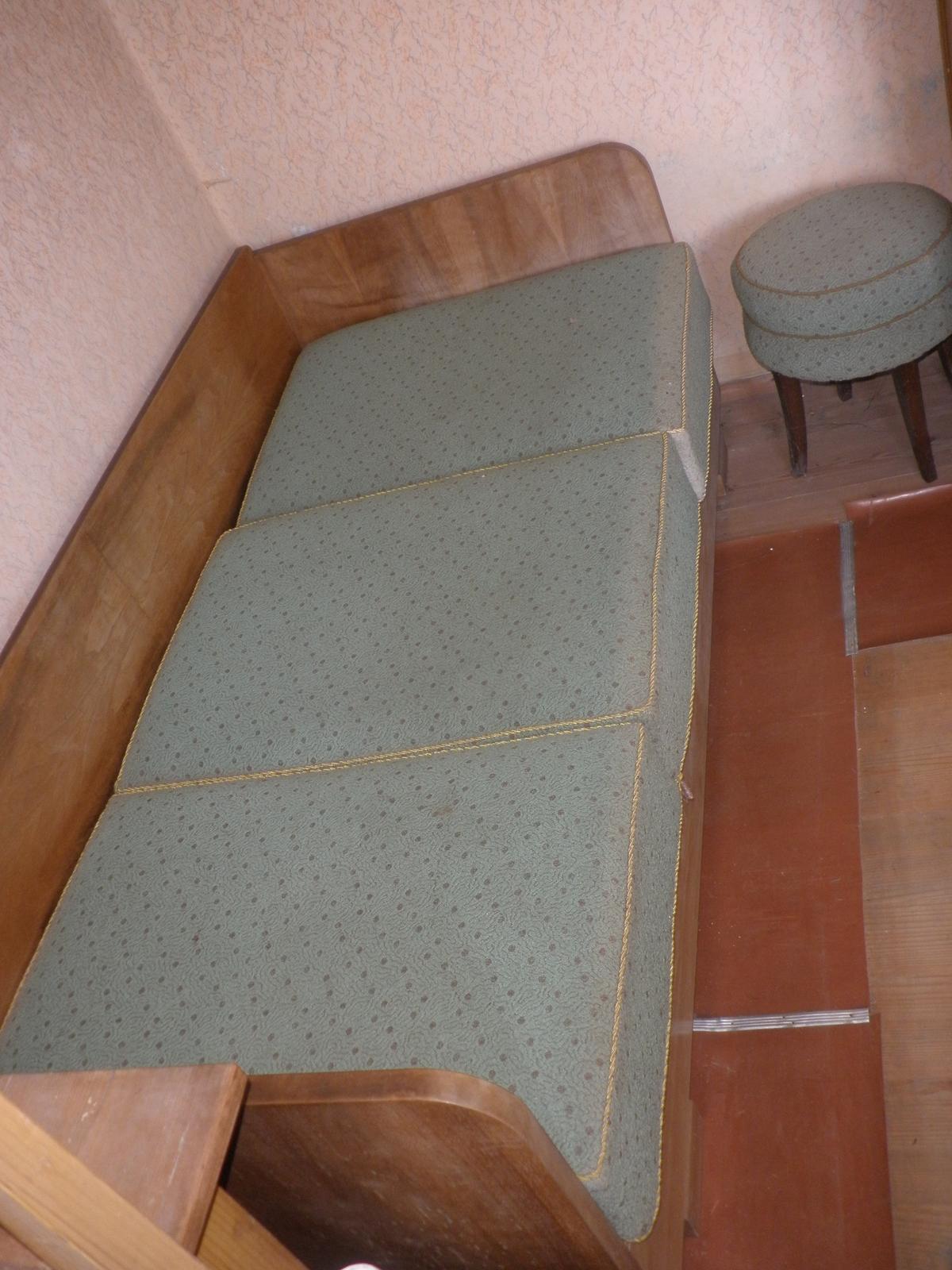 Postel s úložným prostorem + matrace + taburet - Obrázek č. 1