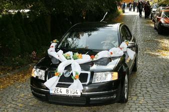 auto s nevěstou