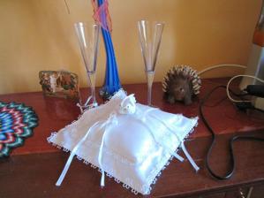 náš požičaný vankúšik na obrúčky s ešte neozdobenými svadobnými pohármi