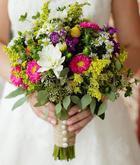 Pestrofarebná svadobná kytica upúta hneď na prvý pohľad.