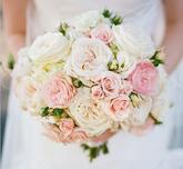 Luxusná svadobná kytica, ktorá svojou jednoduchosťou bude v rukách nevesty vytvárať nádherný kvetinový šperk.