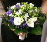 Spojenie bielej a fialovej frézie dopĺňanú biele kvietky bouvardie a fialové kvietky limonky.