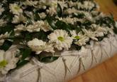 Svadobné pierka French Beauty pre svadobčanov majú ozdobený kvietok chryzantémy.