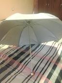 světle šedý deštník,