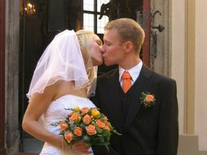 polibek před kaplí:)