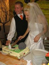 krájení dortu...nebo hlavičky ženicha?:))