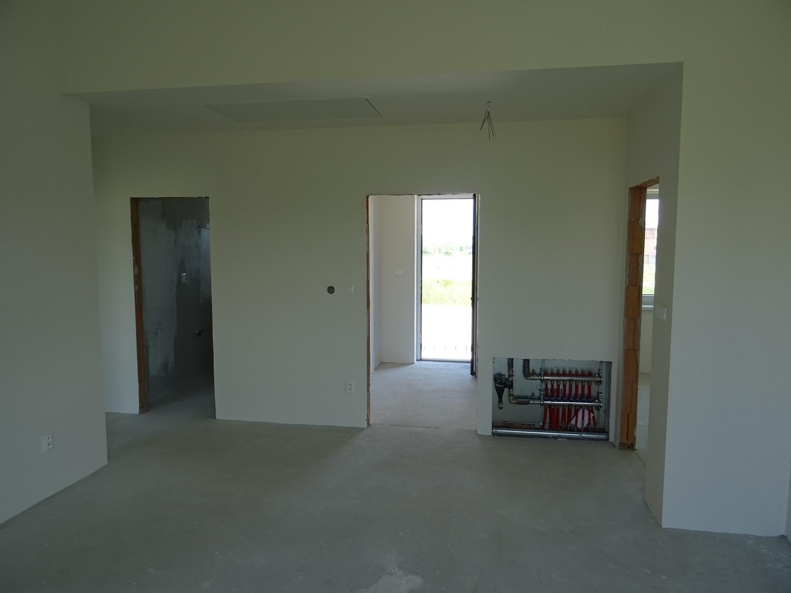 Minidomček pod Karpatmi - pohľad z obývačky na vstup a kúpeľnu. Dali sme postaviť priečku na oddelenie obývačky, s posuvnými dverami - budú napravo.