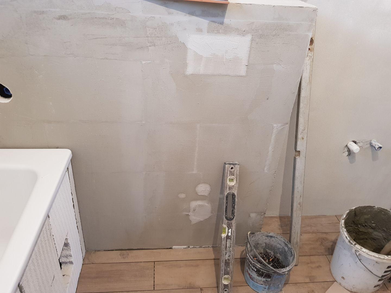 Minidomček pod Karpatmi - zaslepeny geberit, druhe wc teraz nedavame. vpravo bude pracka a miesto wc nejaky nabytok,