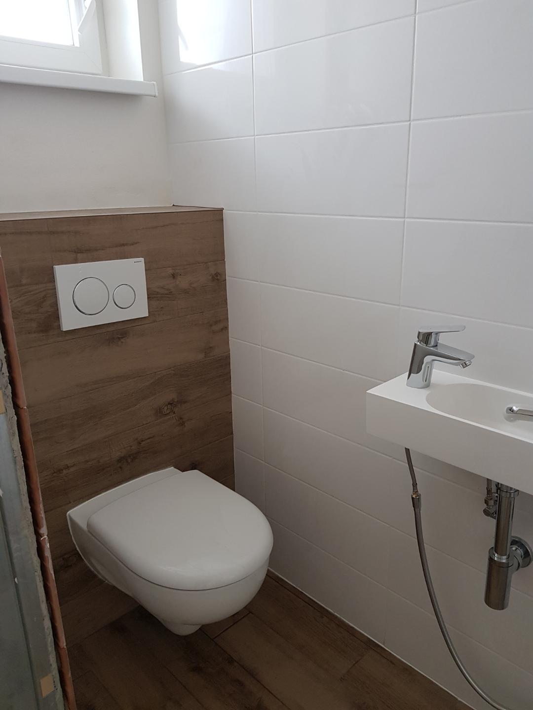 Minidomček pod Karpatmi - no, casom asi vymenime umyvadielko ... nazivo je to dost blizko wc, nemam ani kam dat toaletak na stenu, ledva sprska tam pojde ...
