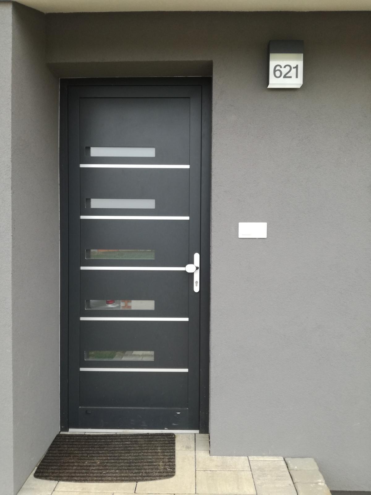 Minidomček pod Karpatmi - Svietime a rovno aj s cislom :-) ... ta biela oná okolo dveri ma nenormalne rozčuluje
