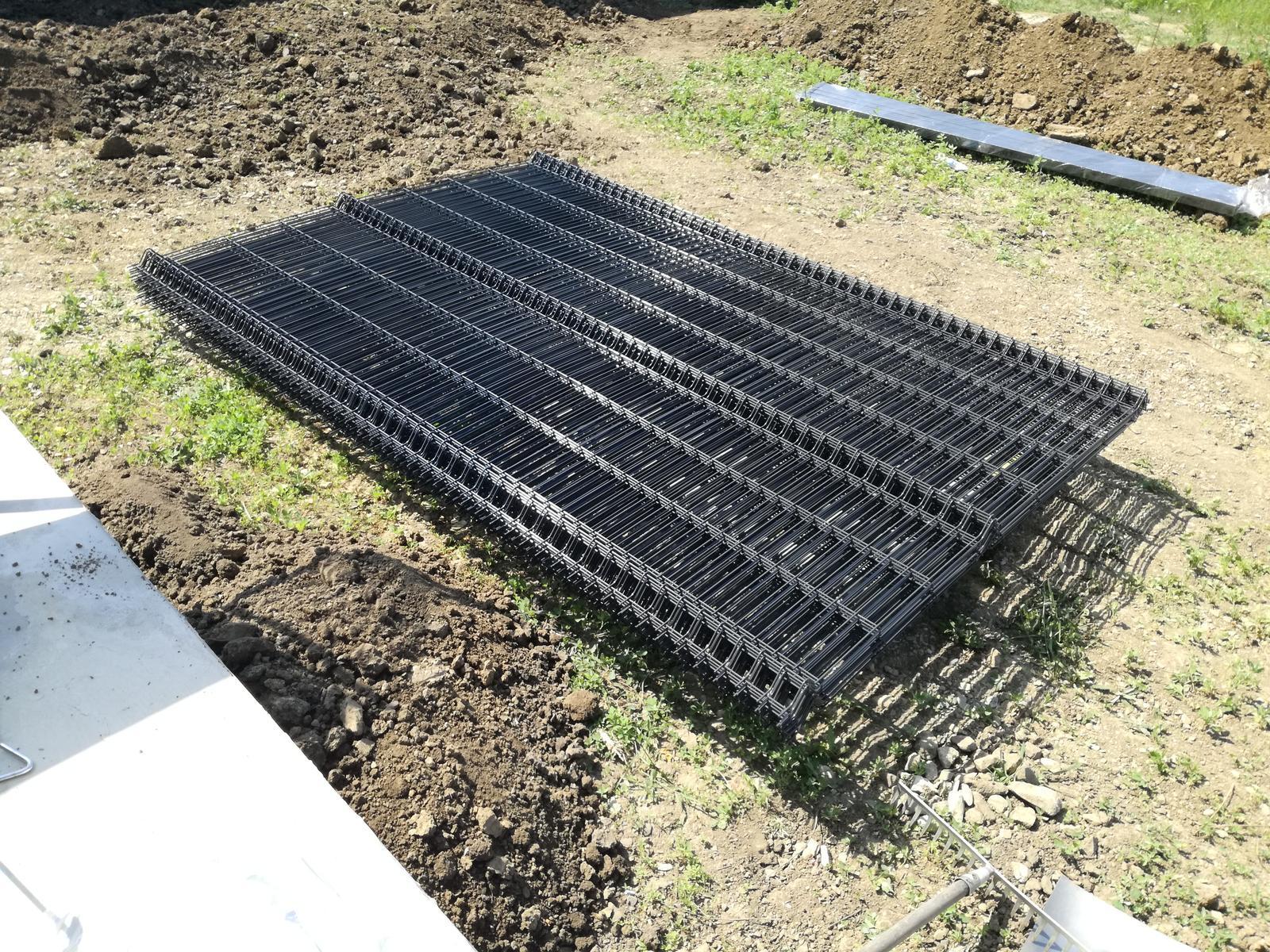 Minidomček pod Karpatmi - 11.6. - prisiel plot so stlpikmi od ploty.sk, drot 4mm, stlpiky 6x4cm, farba antracit, celkovo na dlzku 40m. cena cca 670€