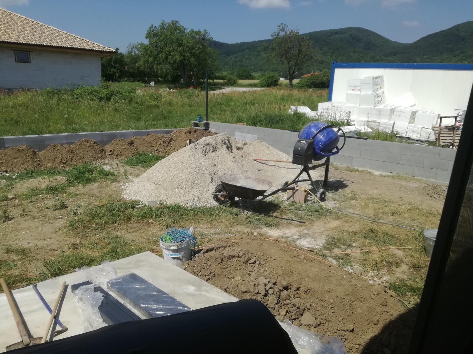 Minidomček pod Karpatmi - prvy stlpik osadeny :) murik napravo je vyssi lebo je oporny, sanca pre buducich susedov navysit teren, ako to robime aj my so susedmi z druhej strany :)