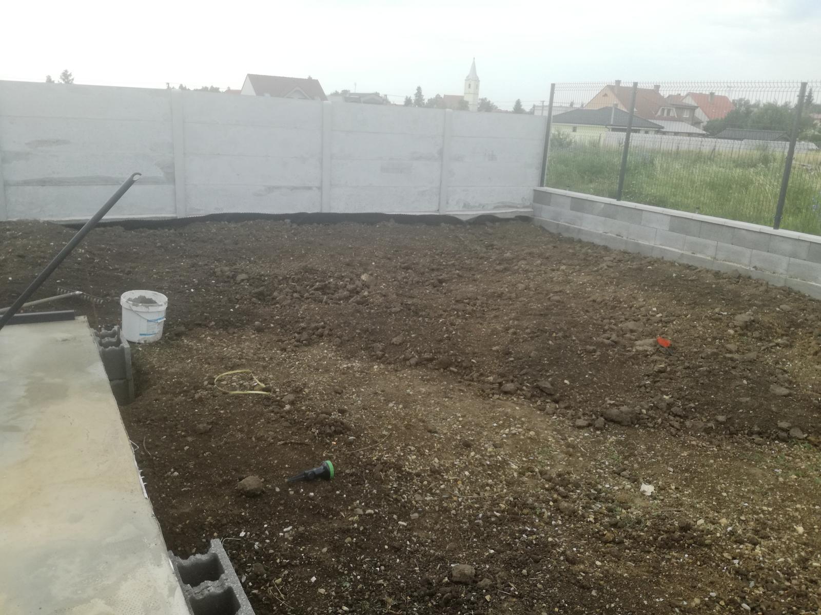 Minidomček pod Karpatmi - rozhadzujeme kopy zeminy z vykopu plota, zrovnavame, trhame burinu ...