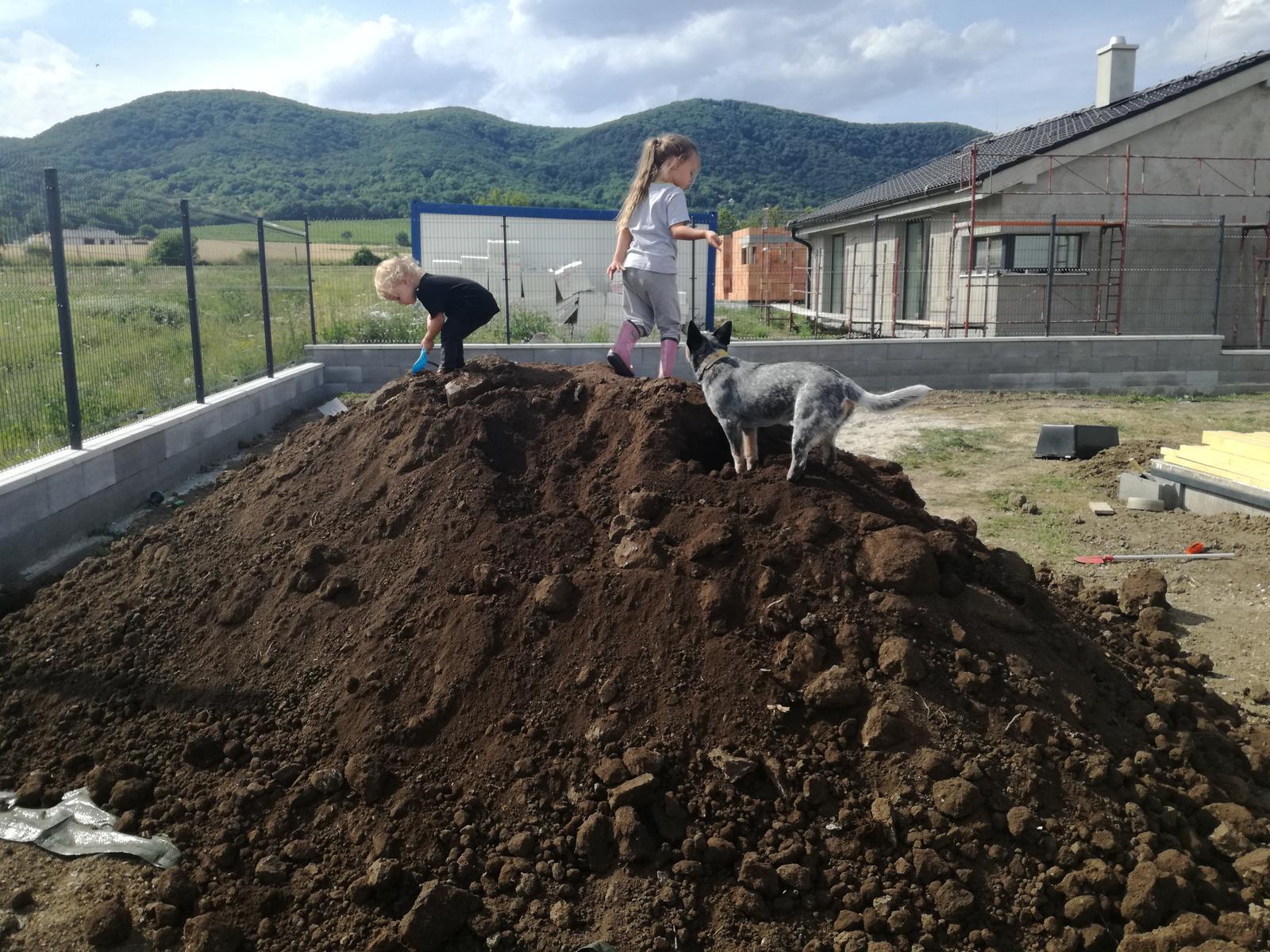Minidomček pod Karpatmi - prva fura zeminy navezena