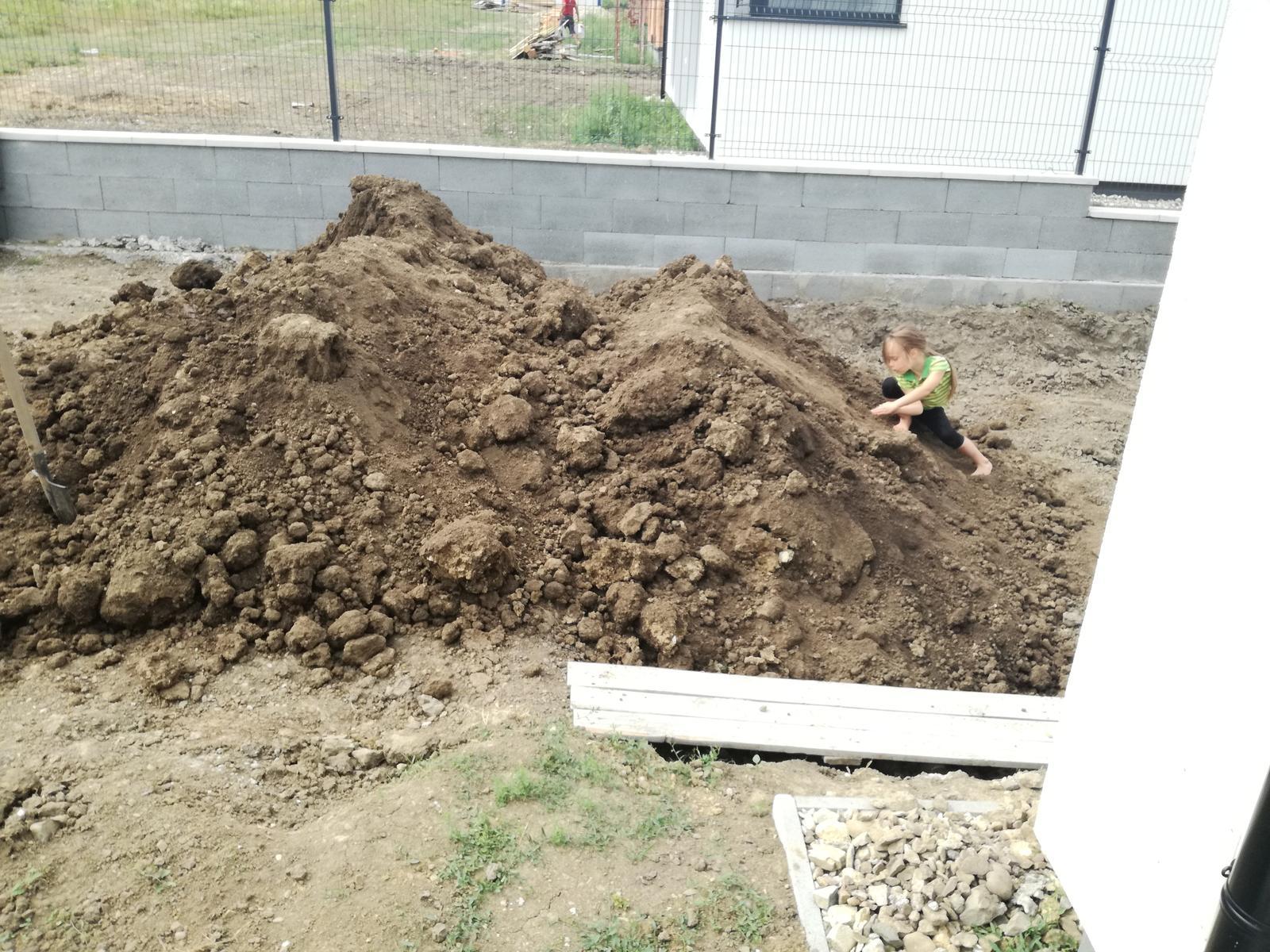 Minidomček pod Karpatmi - druha fura zeminy...