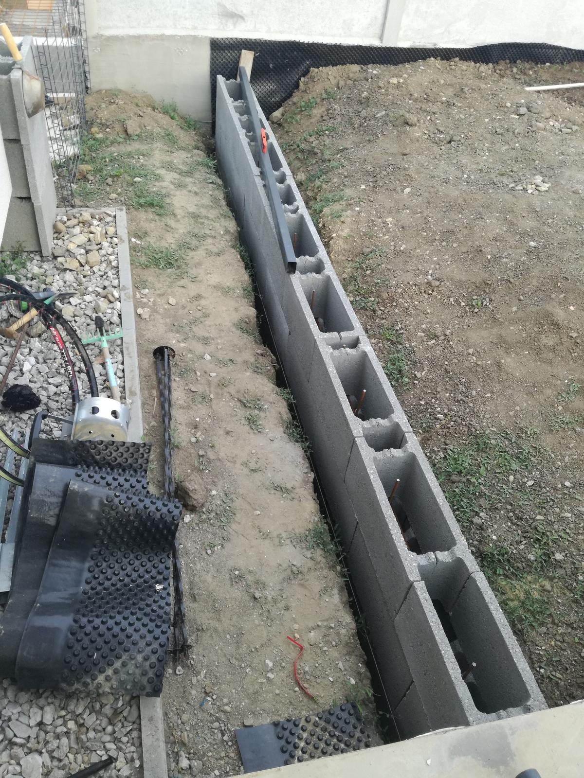 Minidomček pod Karpatmi - lava strana terasy, murik pre zvysenu zednu cast pozemku. este podorovnavat a zaliat