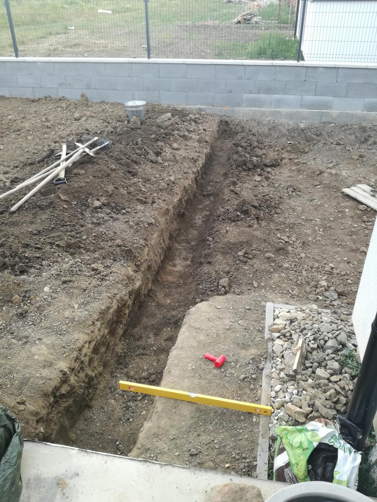 Minidomček pod Karpatmi - aaa to iste na pravej strane terasy, hlina odhadzana, vykop pre oporny murik.