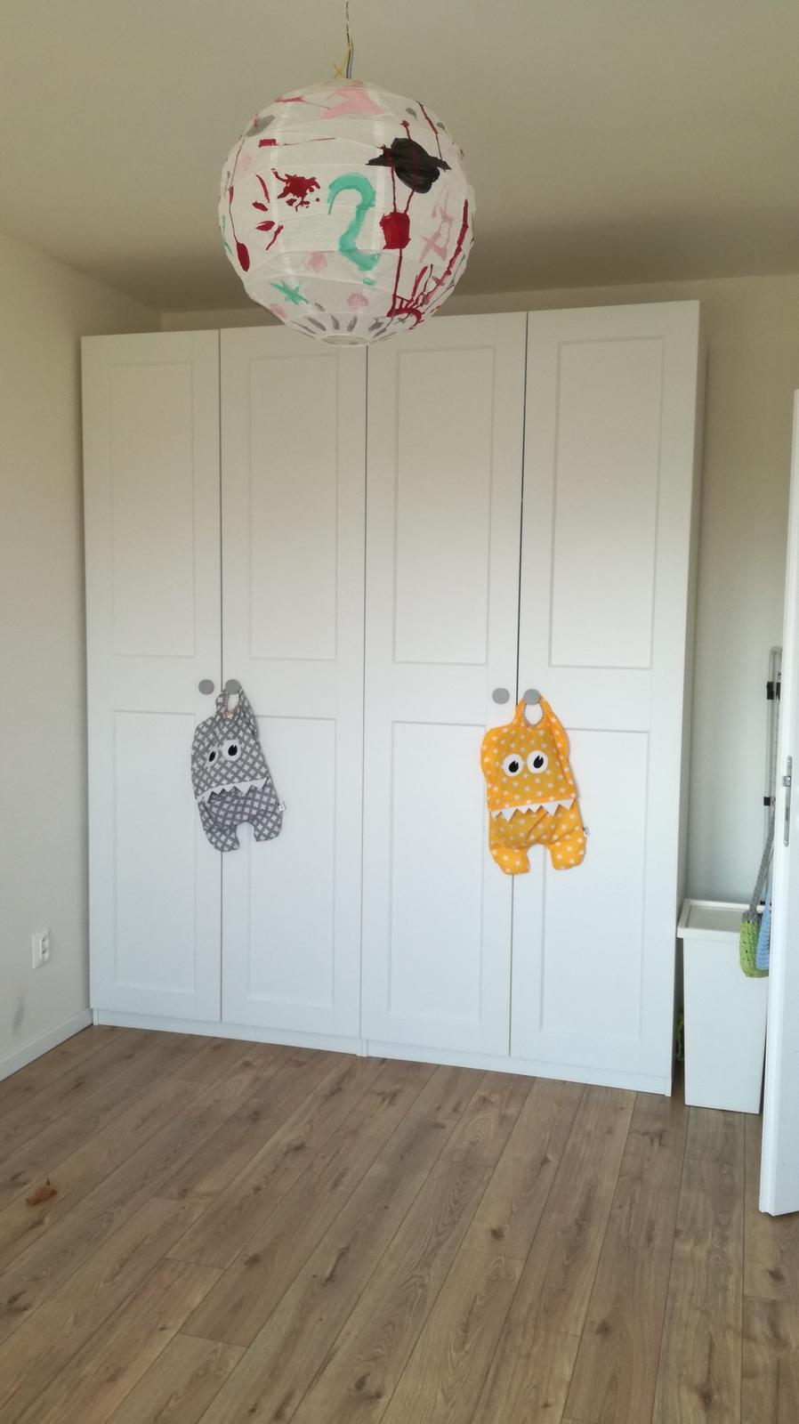Minidomček pod Karpatmi - dve Pax skrine v detskej izbe , plastovy kos na pradlo uz zmizol chvalabohu. lampu malovala starsia :)