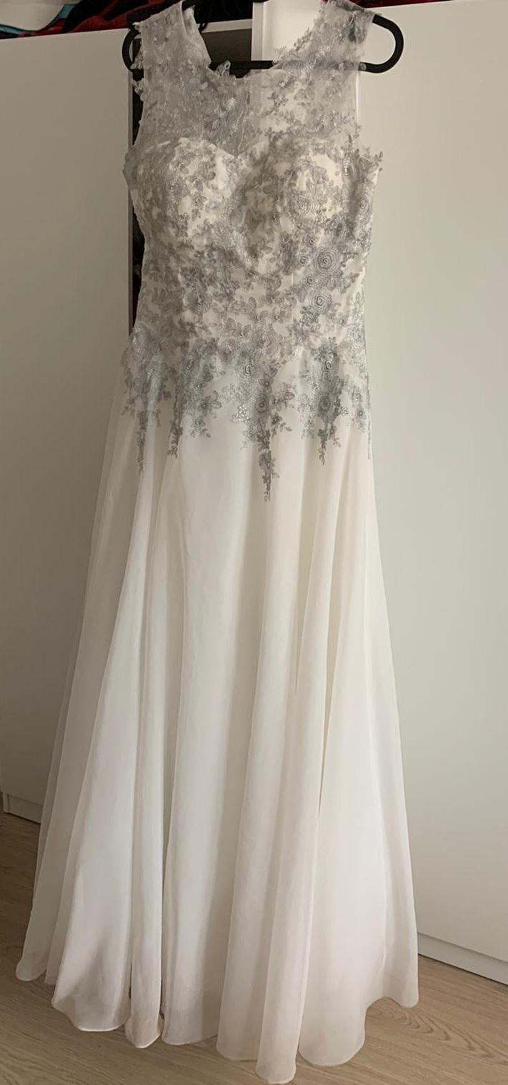 Svadobné šaty strieborno-biele - Obrázok č. 1